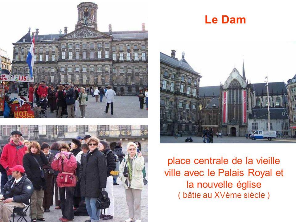 place centrale de la vieille ville avec le Palais Royal et la nouvelle église ( bâtie au XVème siècle ) Le Dam