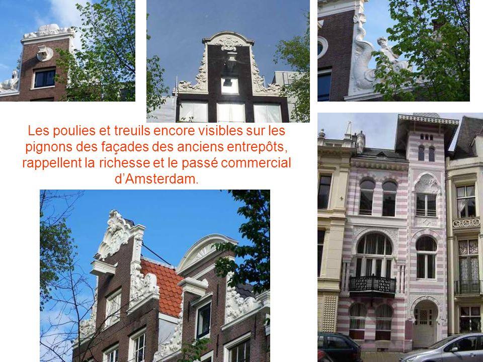 Les poulies et treuils encore visibles sur les pignons des façades des anciens entrepôts, rappellent la richesse et le passé commercial dAmsterdam.