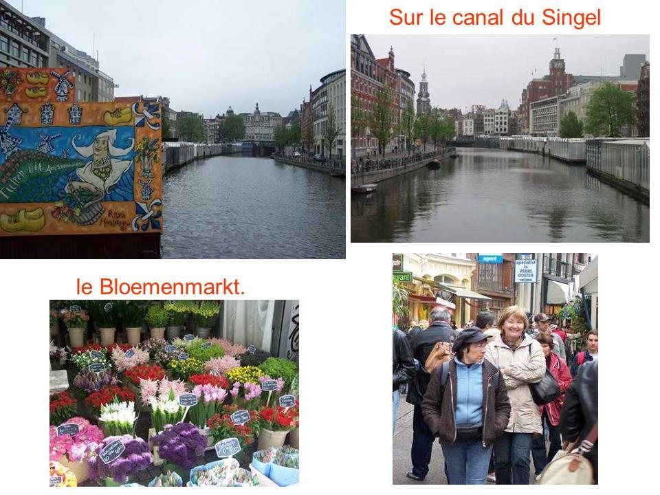 Sur le canal du Singel le Bloemenmarkt.