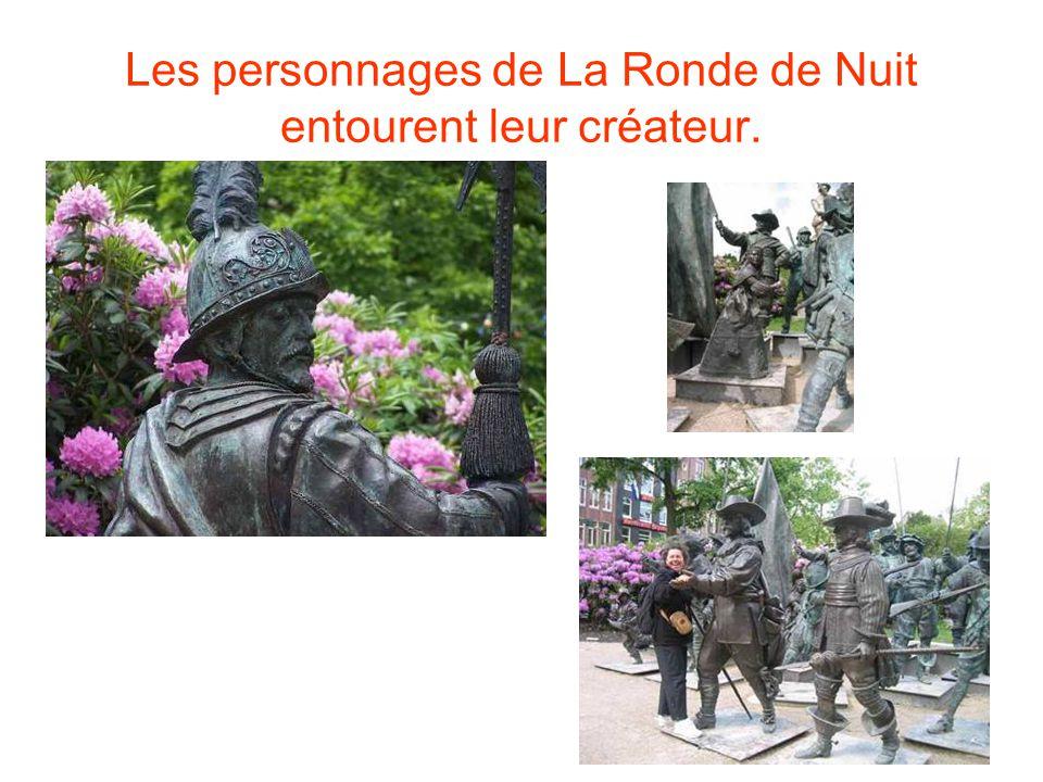 Les personnages de La Ronde de Nuit entourent leur créateur.