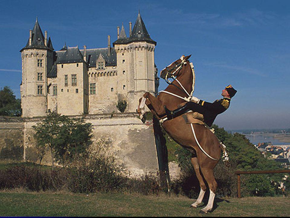 Les très riche heures du duc de Berry Le château, tout en conservant son aspect de château fort, devient pourtant une demeure plus plaisante pour accueillir les cours de Louis d Anjou, puis du Roi René.