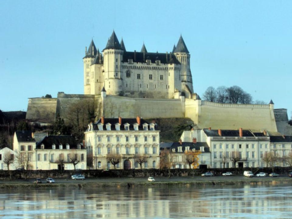 Histoire Construit par les ducs d Anjou au XIVe siècle, le château de Saumur fut tour à tour résidence des gouverneurs de la Ville, prison, caserne et musée.