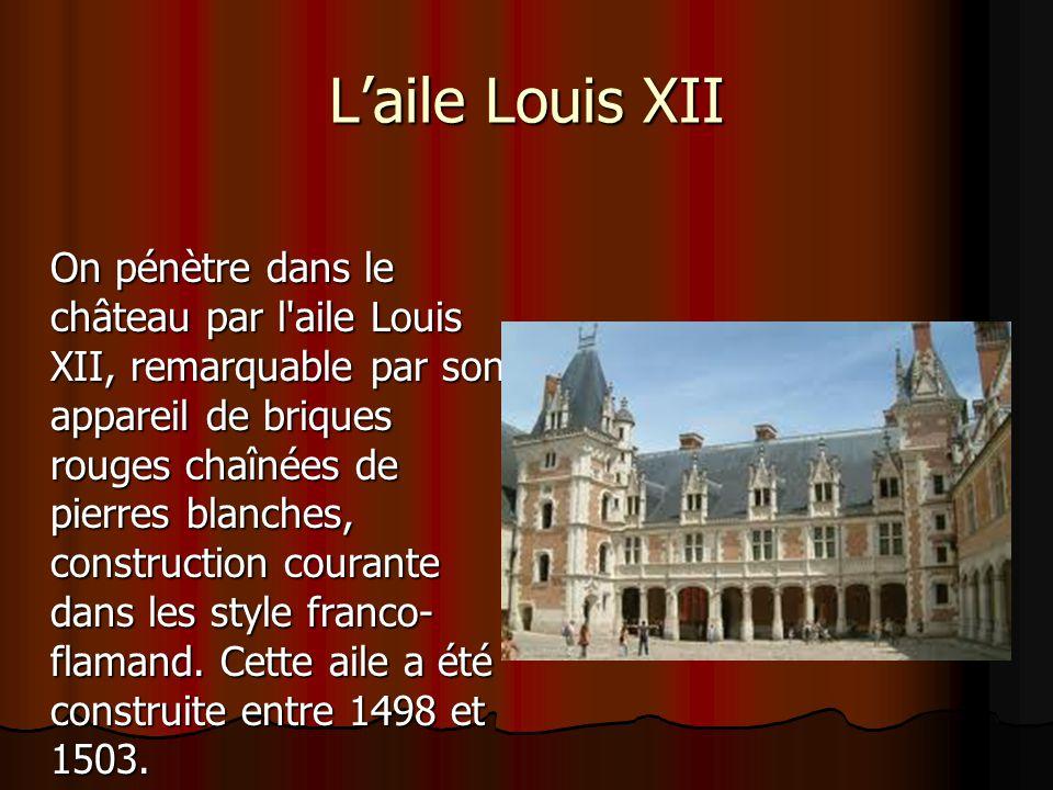 Laile Louis XII On pénètre dans le château par l'aile Louis XII, remarquable par son appareil de briques rouges chaînées de pierres blanches, construc