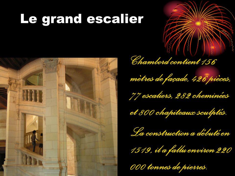 Le grand escalier Chambord contient 156 mètres de façade, 426 pièces, 77 escaliers, 282 cheminées et 800 chapiteaux sculptés. La construction a débuté