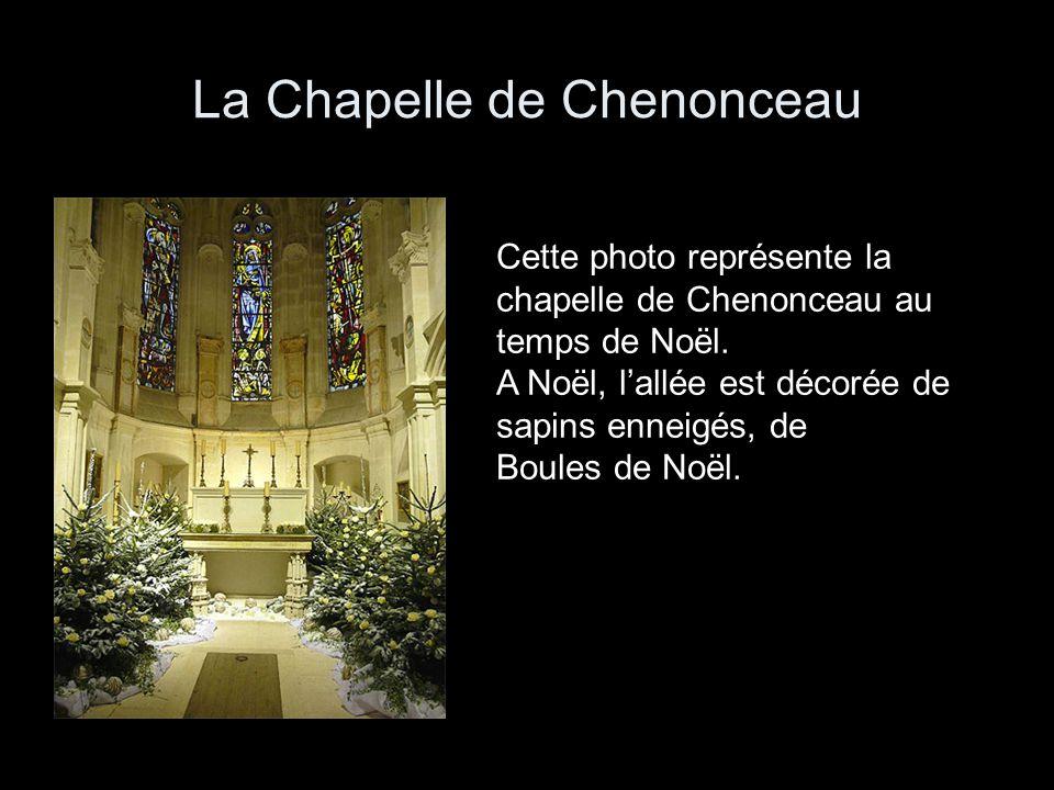 La Chapelle de Chenonceau Cette photo représente la chapelle de Chenonceau au temps de Noël. A Noël, lallée est décorée de sapins enneigés, de Boules