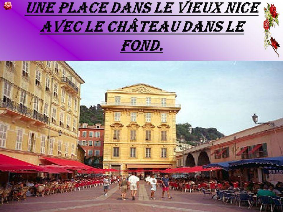 Une place dans le vieux Nice avec le château dans le fond.