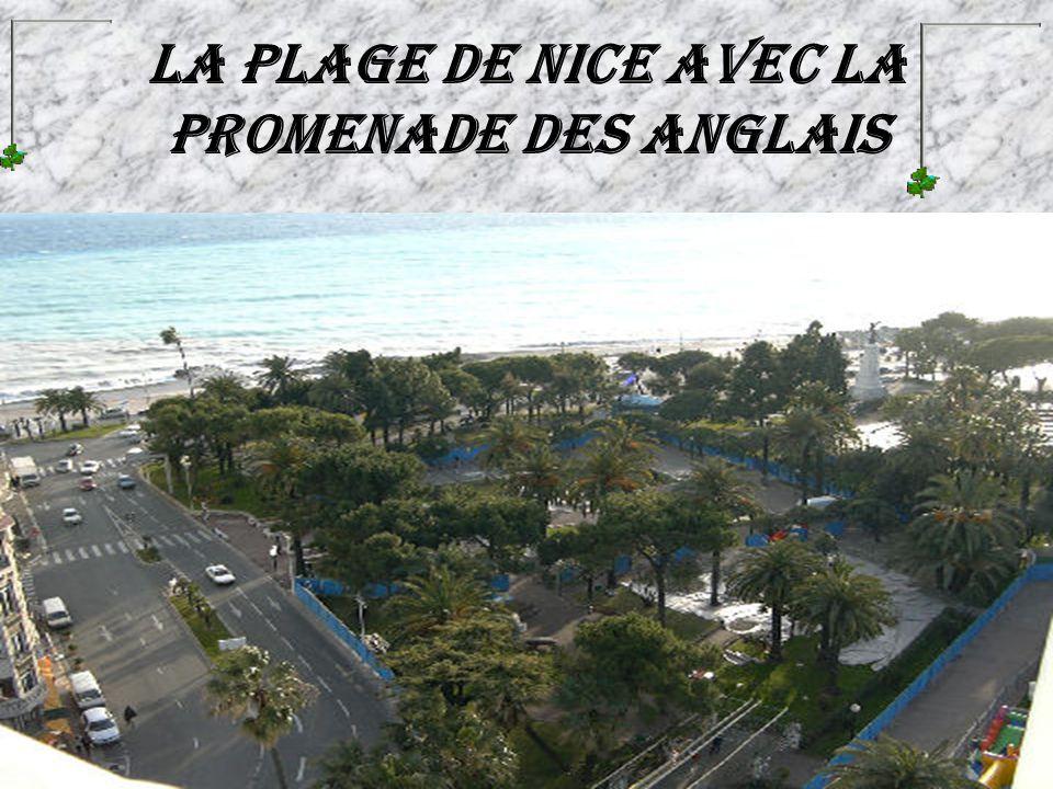 La plage de Nice avec la promenade des Anglais