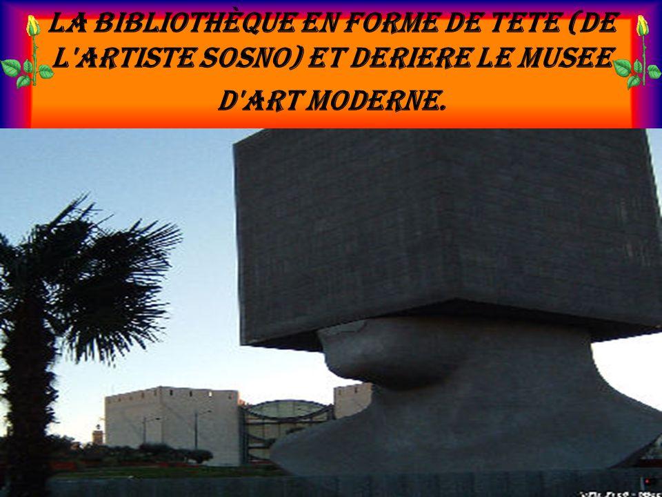 La bibliothèque en forme de tete (de l'artiste Sosno) et deriere le musee d'art moderne.