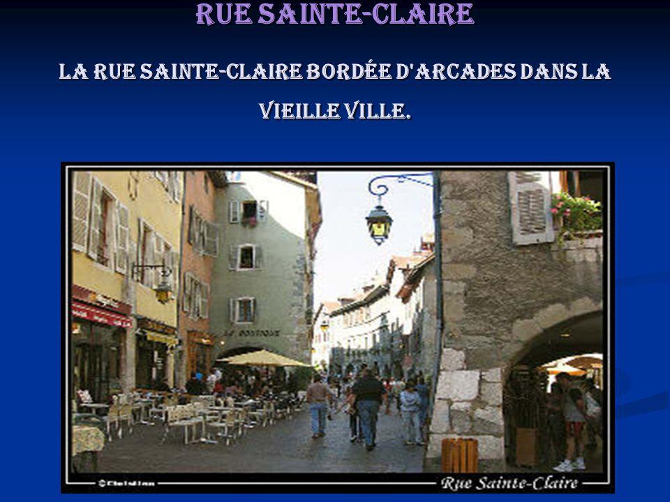 Rue Sainte-Claire La rue Sainte-Claire bordée d'arcades dans la vieille ville.