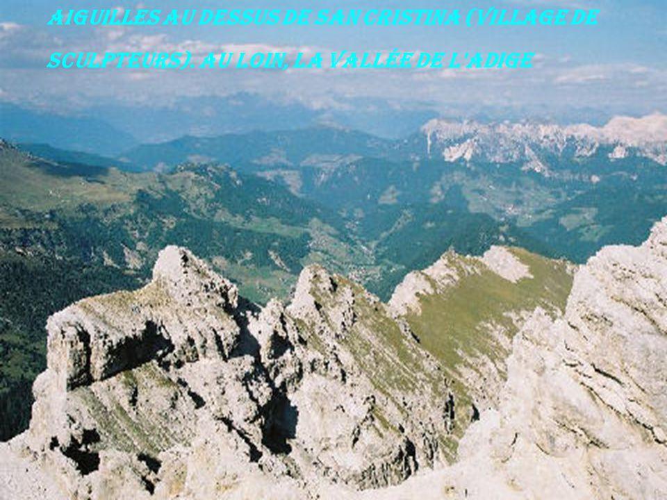 Aiguilles au dessus de San Cristina (village de sculpteurs). Au loin, la vallée de l'Adige