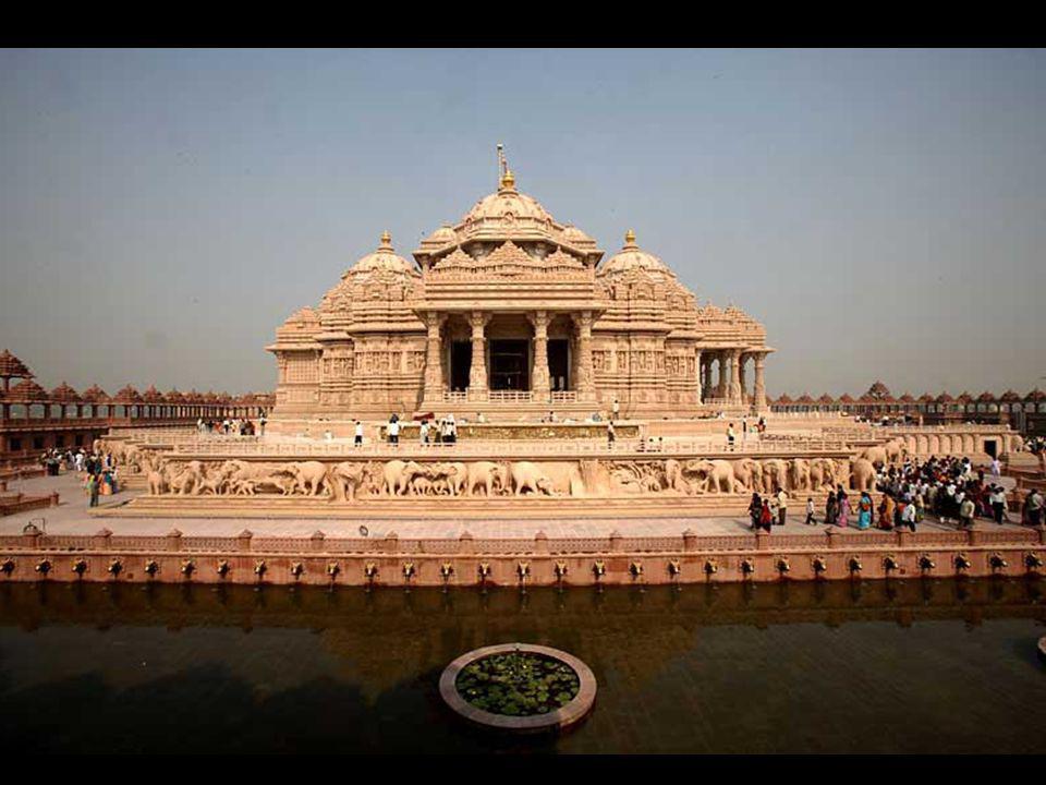 Le monument est une combinaison de pierre rose et de marbre blanc pur.