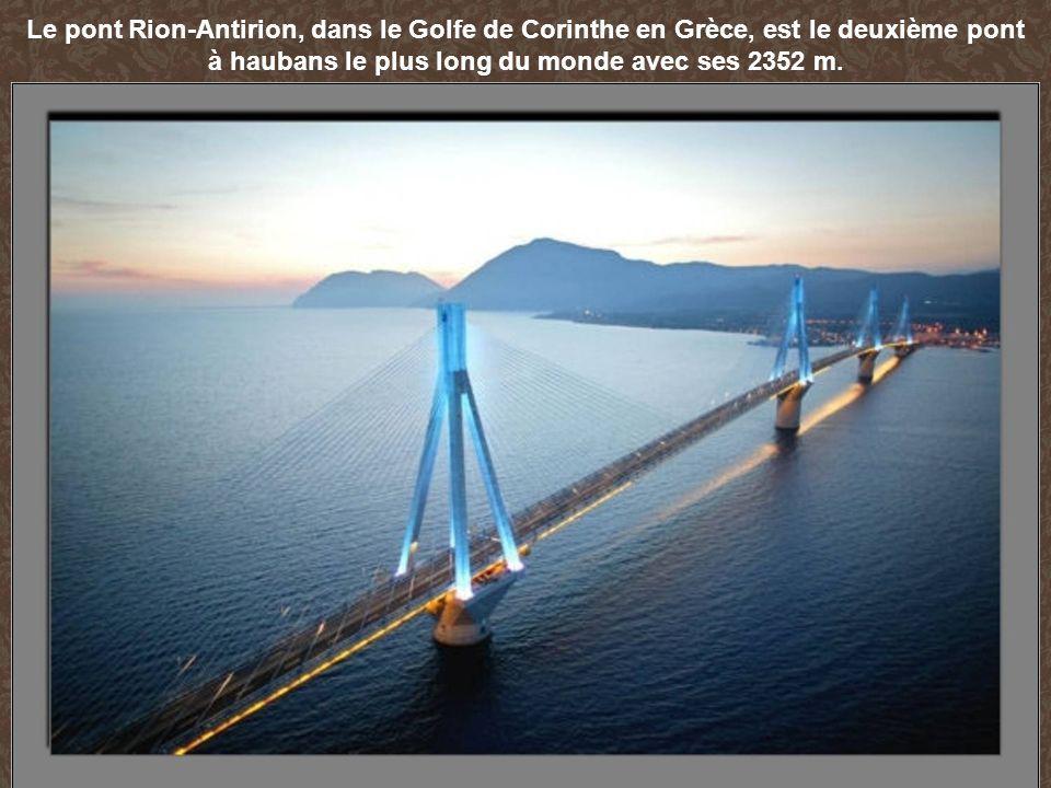 Le pont Rion-Antirion, dans le Golfe de Corinthe en Grèce, est le deuxième pont à haubans le plus long du monde avec ses 2352 m.