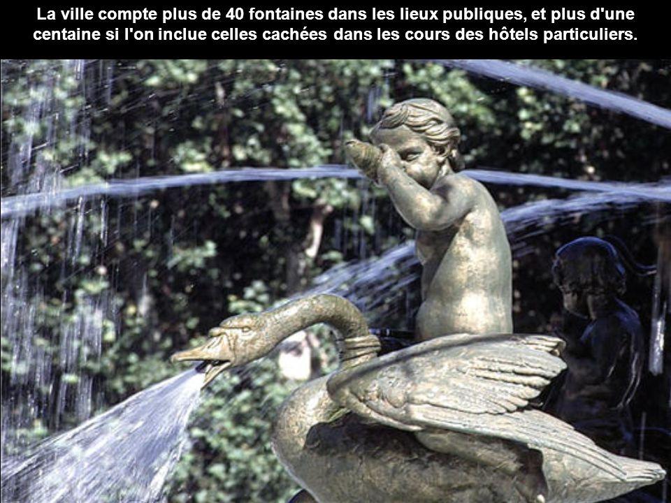 La fontaine de la Rotonde, en bas du cours Mirabeau, assume une imposante carrure, surmontée de trois statues représentant la Justice, l'Agriculture e