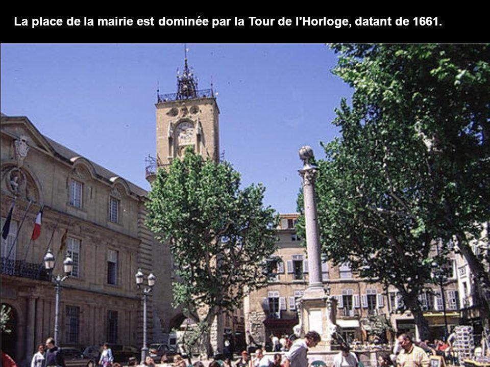 La ville compte plus de 40 fontaines dans les lieux publiques, et plus d une centaine si l on inclue celles cachées dans les cours des hôtels particuliers.