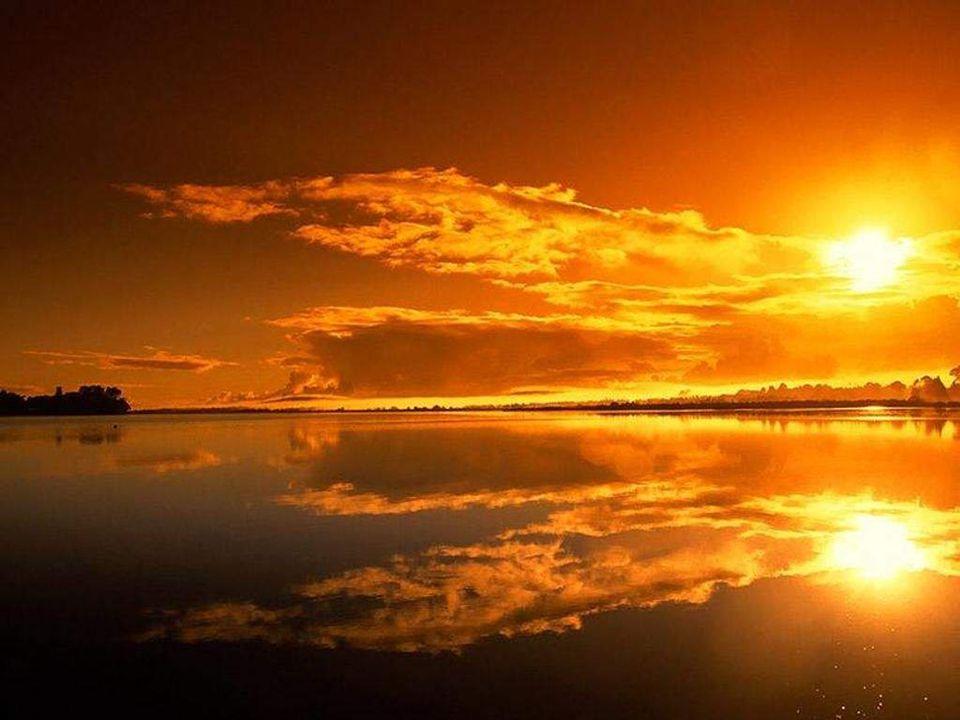 Lhomme dit à lenfant : «Veux-tu voir des paysages de rêve, te remplir les yeux de couchants de feu, de ciels de contes de fée?