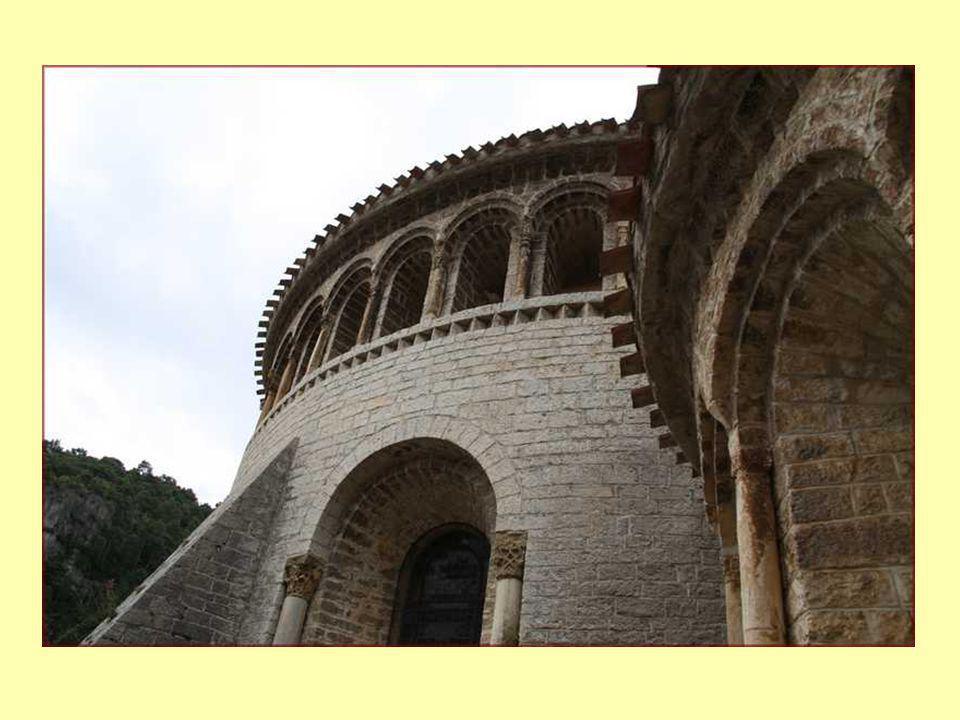 Fontaine en forme de coquille Saint-Jacques: symbole des pèlerins pour Compostelle.