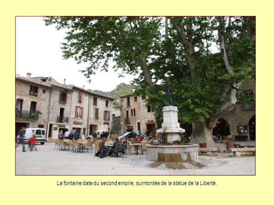 A la découverte de Saint-Guilhem-le-Désert Joli village médiéval dans le département de lHérault sur le chemin de Saint-Jacques de Compostelle, à 42 km au nord-ouest de la ville de Montpellier.