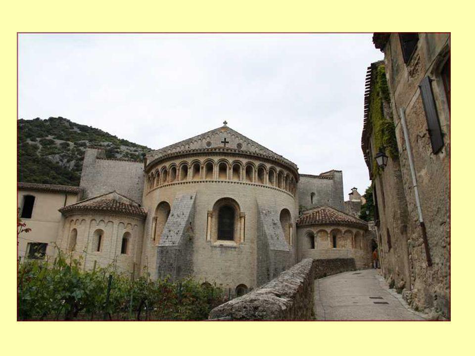 Abbaye de Gellone, de style roman, classée au patrimoine mondial de lUNESCO, est une halte pour les pèlerins en route pour Saint-Jacques de Compostelle, depuis plus de 12 siècles Labbaye a été renommée «LAbbaye de Saint-Guilhem» après la mort de Guillaume de Gellone le 28 mai 812.