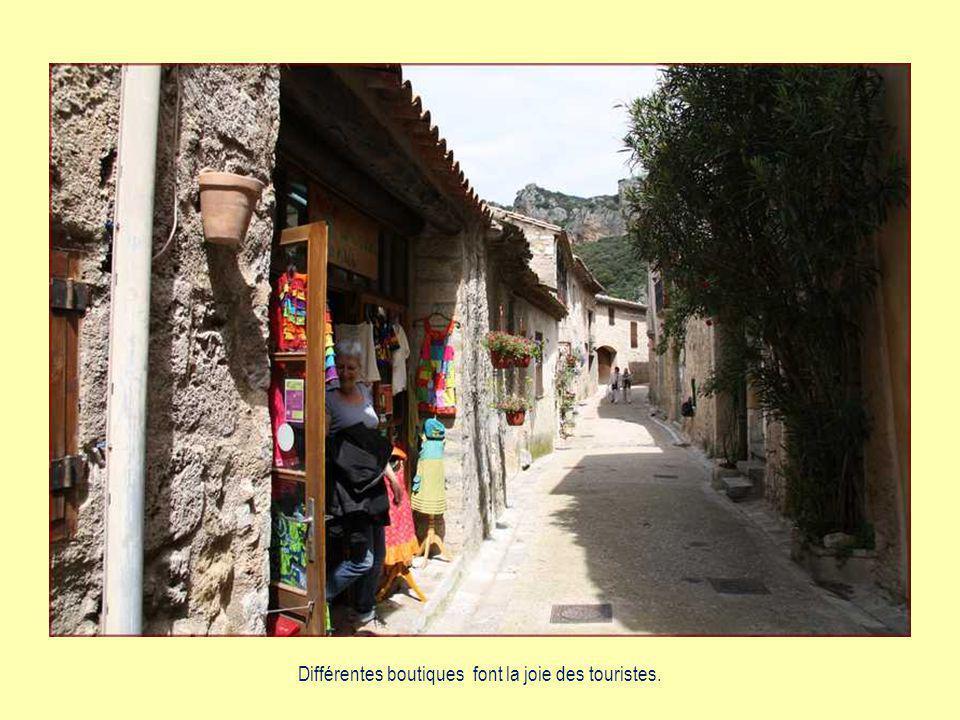 Saint-Guilhem est devenu très touristique, connu dans le monde entier.