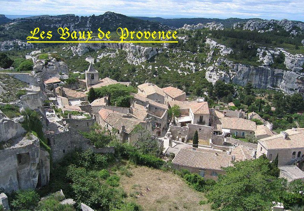 Les Baux de Provence sont aujourdhui principalement un site touristique, situé dans le département des Bouches du Rhône.