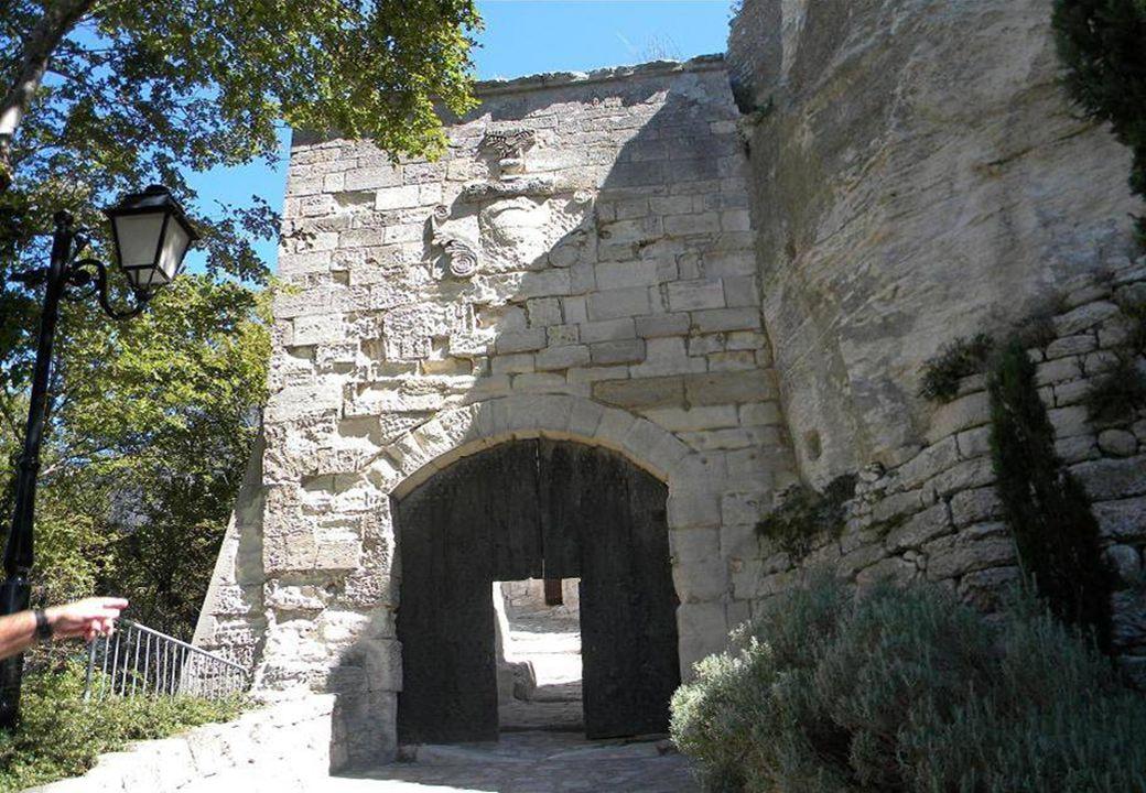 Lintérieur du village dans la roche