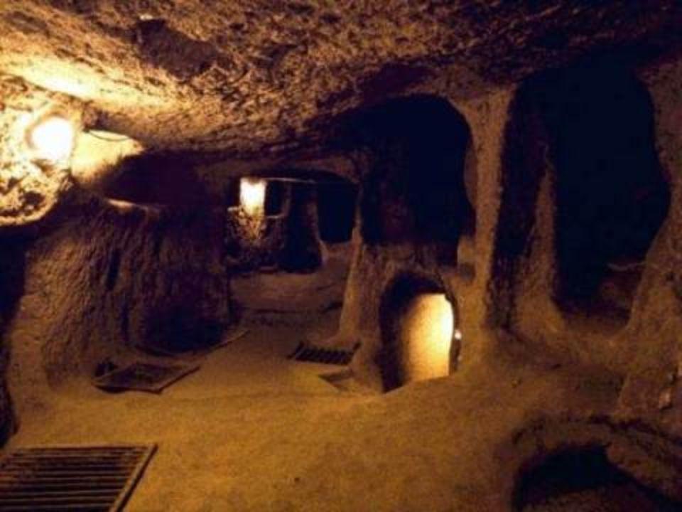 La ville a été utilisée comme abri par des milliers de gens qui ont vécu dans les cavernes pour se protéger de fréquentes invasions à diverses époques