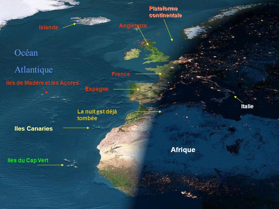 Spectaculaire. Photo satellite de lEurope et de lAfrique la nuit, un jour sans nuages.