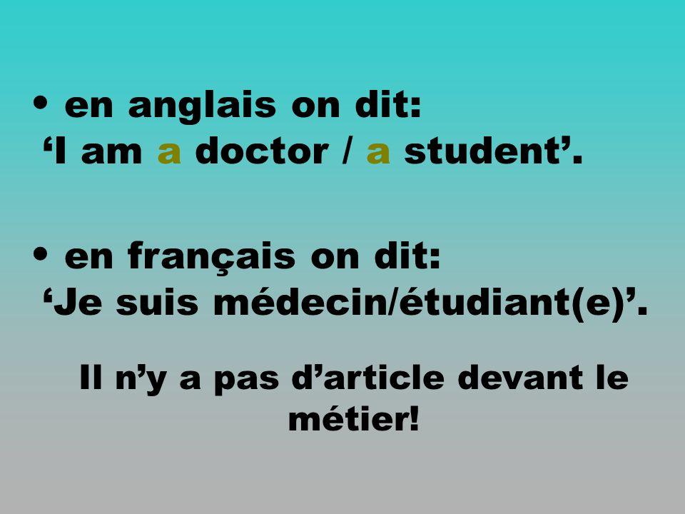 en anglais on dit: I am a doctor / a student.en français on dit: Je suis médecin/étudiant(e).