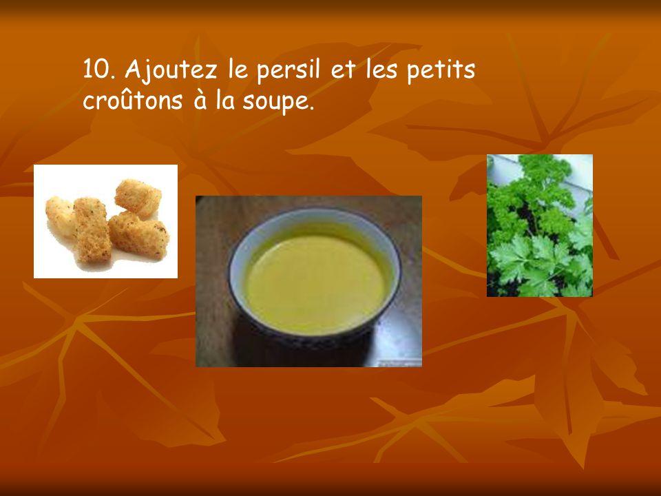 10. Ajoutez le persil et les petits croûtons à la soupe.