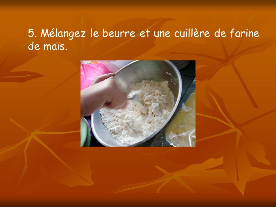 5. Mélangez le beurre et une cuillère de farine de maïs.