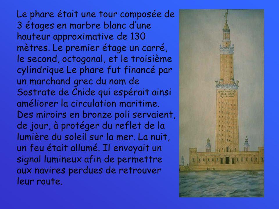 Le phare était une tour composée de 3 étages en marbre blanc dune hauteur approximative de 130 mètres. Le premier étage un carré, le second, octogonal