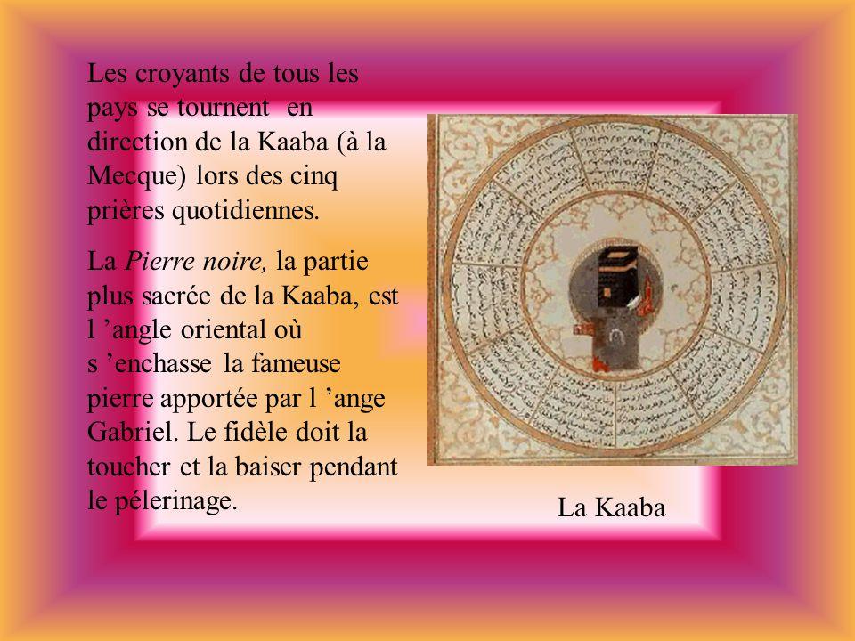 Les croyants de tous les pays se tournent en direction de la Kaaba (à la Mecque) lors des cinq prières quotidiennes. La Pierre noire, la partie plus s