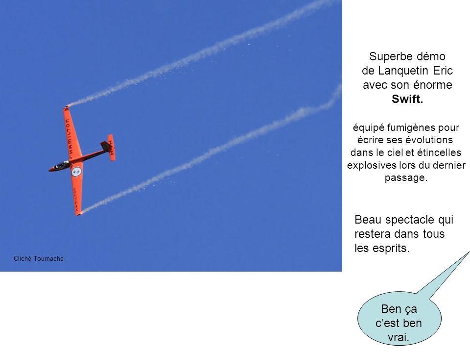 Superbe démo de Lanquetin Eric avec son énorme Swift. équipé fumigènes pour écrire ses évolutions dans le ciel et étincelles explosives lors du dernie