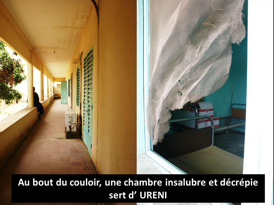Au bout du couloir, une chambre insalubre et décrépie sert d URENI