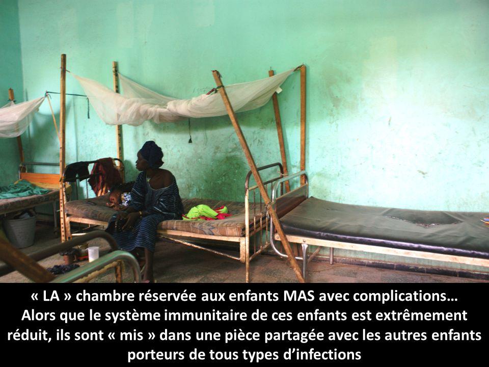 Toujours dans la même pièce accueillant les enfants MAS, un lit vide… Y amèneriez-vous votre enfant pour un traitement quelconque?