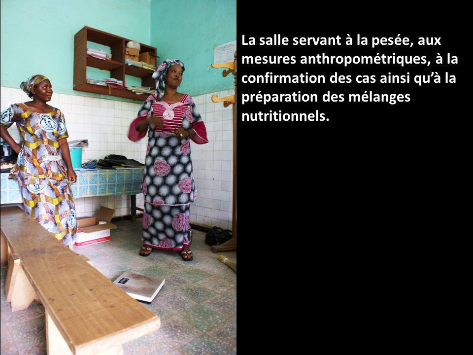 La salle servant à la pesée, aux mesures anthropométriques, à la confirmation des cas ainsi quà la préparation des mélanges nutritionnels.