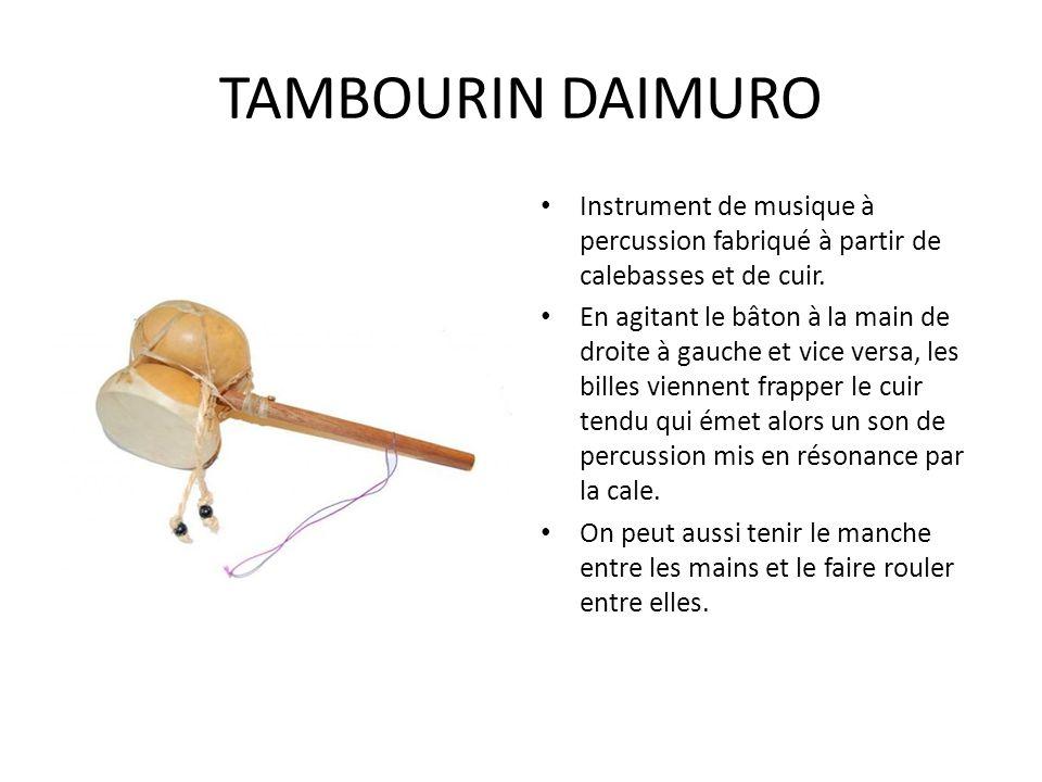TAMBOURIN DAIMURO Instrument de musique à percussion fabriqué à partir de calebasses et de cuir. En agitant le bâton à la main de droite à gauche et v