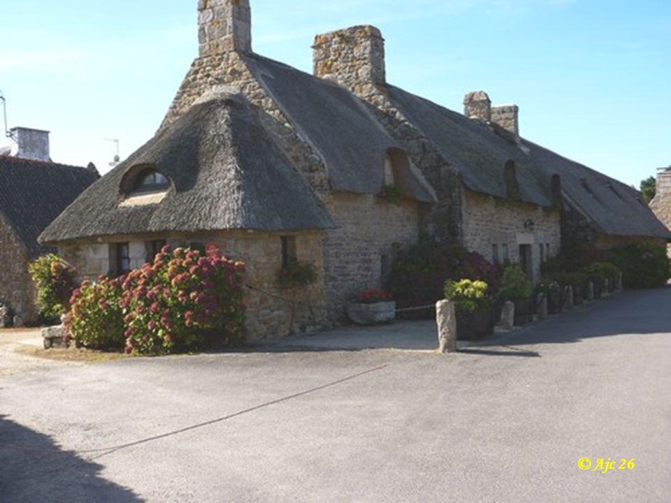 Village de Kerascoët ( Finistère ) Murs de granit et toits en chaume © Ajc 26
