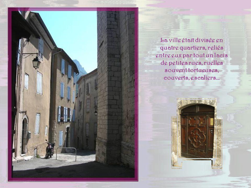 De la voie principale, la route Napoléon qui relie Grenoble à Marseille, un coup dœil sur la vieille ville dont les toits de tuiles rouges sont majori