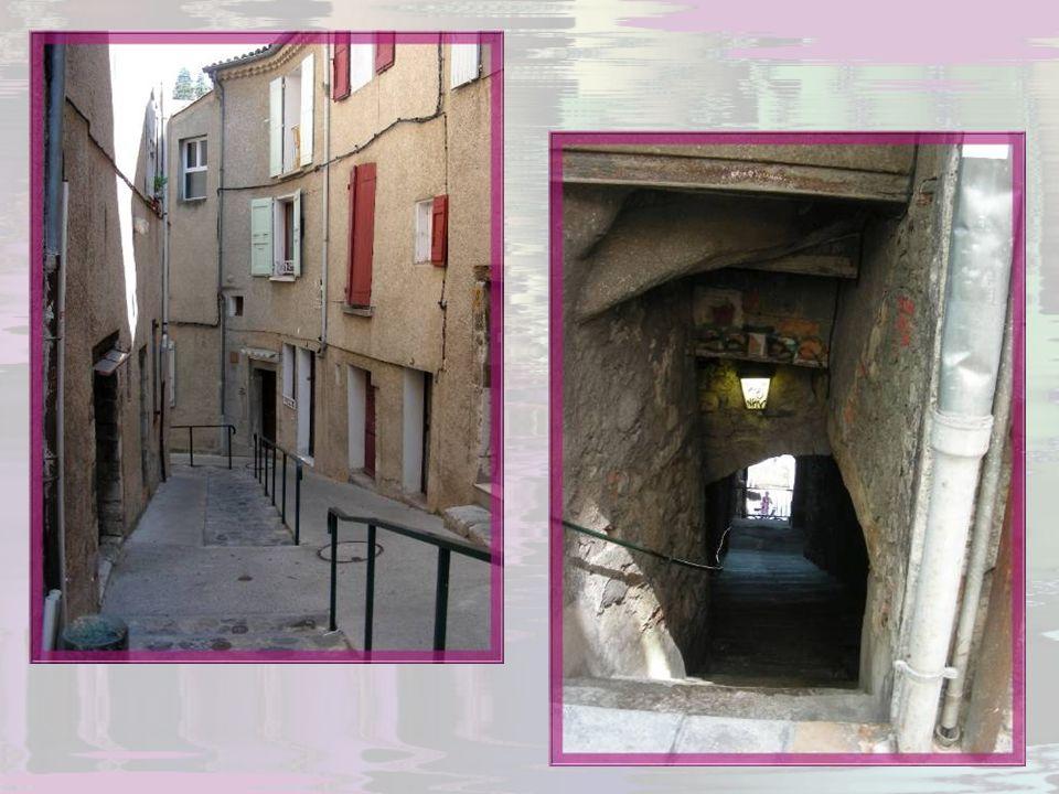 La ville était divisée en quatre quartiers, reliés entre eux par tout un lacis de petites rues, ruelles souvent tortueuses, couverts, escaliers…
