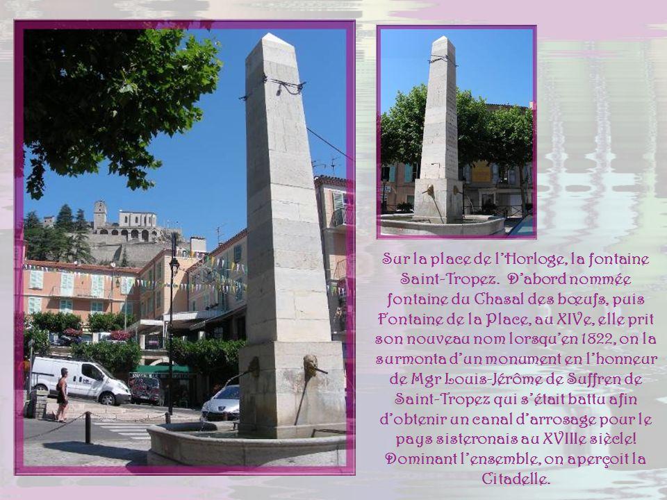La première tour avec horloge remonte à 1564. Celle-ci fut remplacée par une horloge à pendule au XVIIe et coiffée dun campanile de fer forgé en 1839.