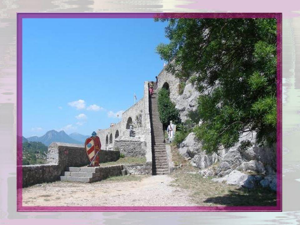 Ultime étape de la montée : il faut atteindre le donjon et la chapelle Notre-Dame du Château portée par des arcades que reçoivent de puissants piliers