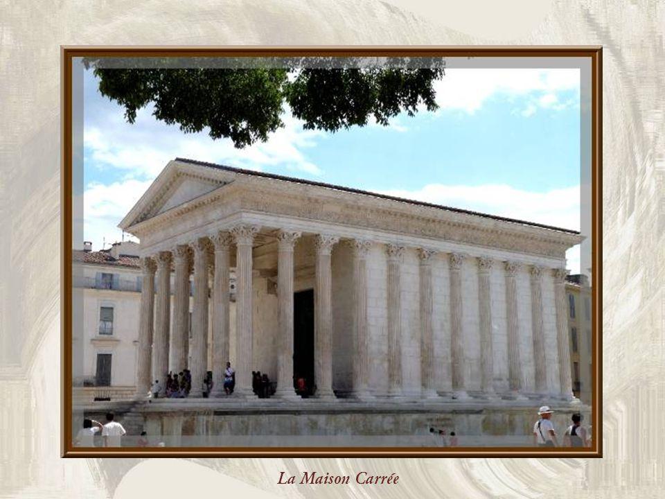 La Maison Carrée de Nîmes est, sans conteste, tout à fait rectangulaire.