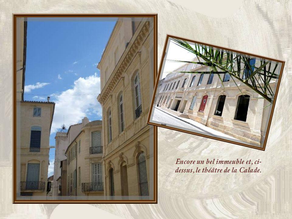 Cest en bordure de lautoroute, dans laire de Caissargues, que lon trouve, à lextrémité dun mail bordé de micocouliers, tout ce qui reste de lancien théâtre remplacé par le Carré dArt, des colonnes néo-classiques qui en ornaient la façade…