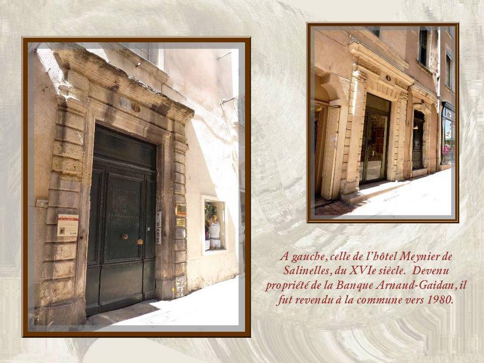 On découvre, au centre de Nîmes, un grand nombre de magnifiques portes datant des XVIe, XVIIe et XVIIIe siècles. Lhôtel Besserié fut construit entre l