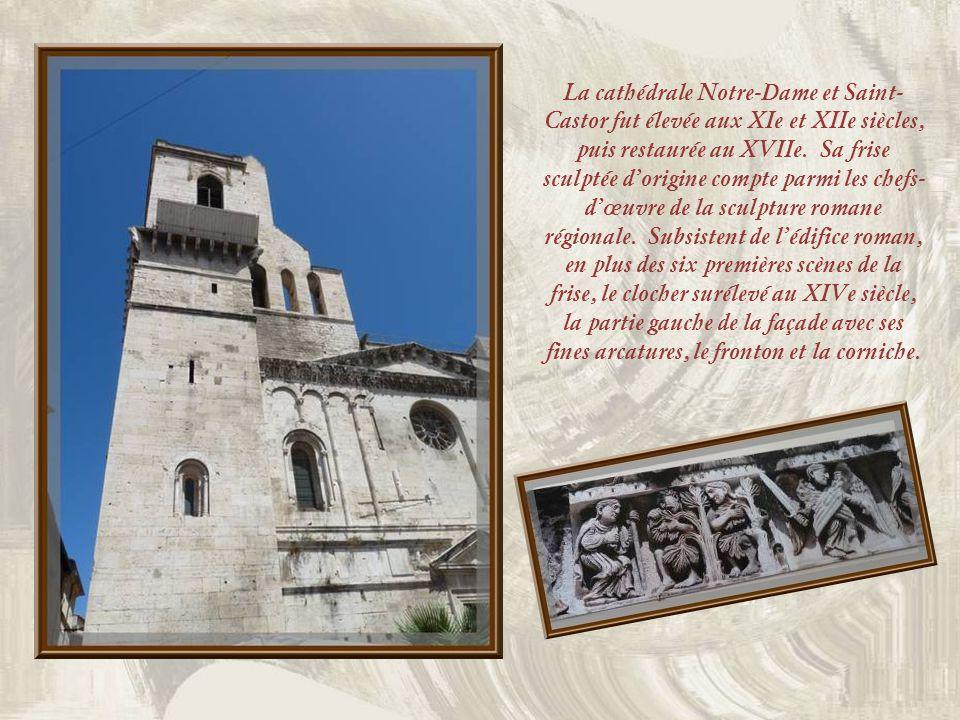 Ci-haut, le Presbytère datant des XVIe et XVIIe siècles, offre une façade unique à Nîmes, avec sa décoration dinspiration Renaissance.