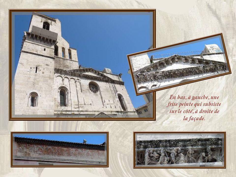 La cathédrale Notre-Dame et Saint- Castor fut élevée aux XIe et XIIe siècles, puis restaurée au XVIIe. Sa frise sculptée dorigine compte parmi les che