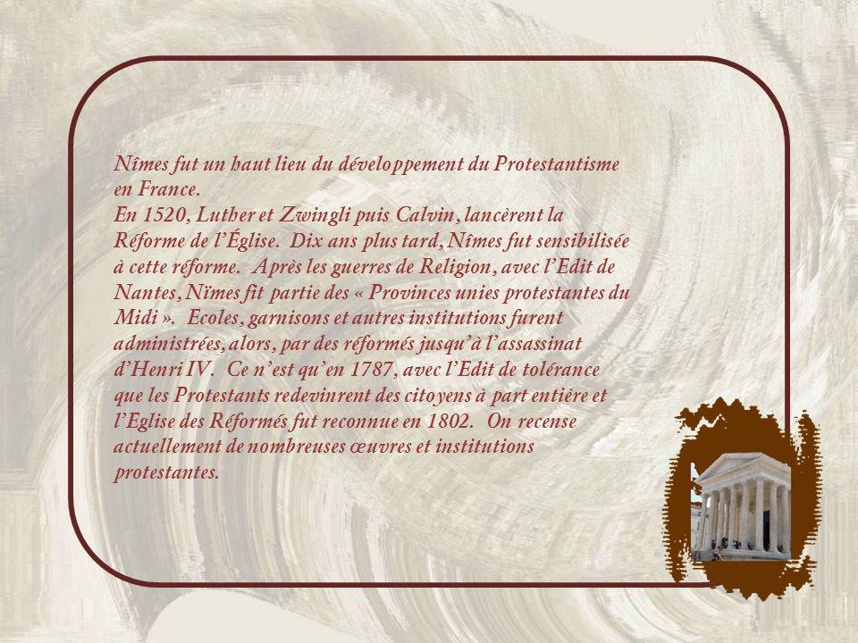 Les jolies ferronneries de ces balcons en arrondi, attirent le regard… Le 23 mars 1561, se serait tenue en cette rue, chez Jean Maurin, serrurier, la première séance du Consistoire qui instaura lEglise Réformée de Nîmes.
