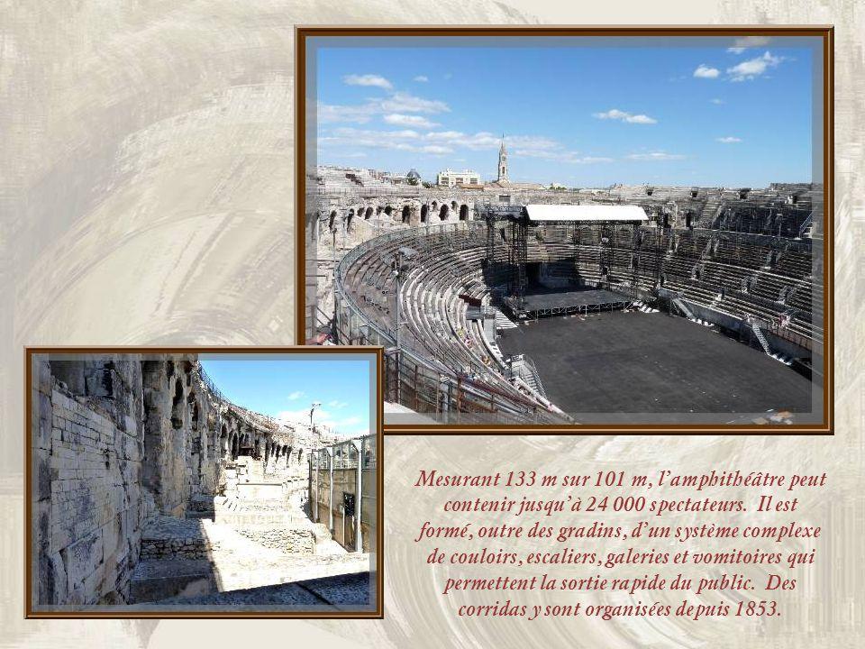 Après le comblement des fossés autour des Arènes, des maisons furent construites jusquà toucher le monument… Aujourdhui, un vaste boulevard en fait le