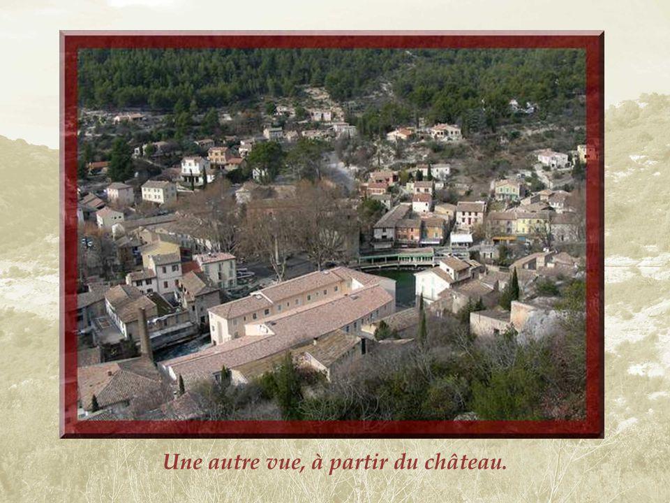 Vue automnale sur Fontaine de Vaucluse qui sétale le long de la Sorgue…